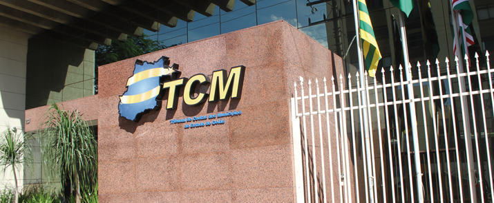 Foto da fachada do prédio do TCMGO
